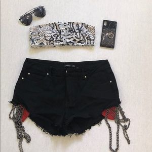 CHAIN DETAIL BLACK HIGH WAISTED DENIM SHORT. NEW